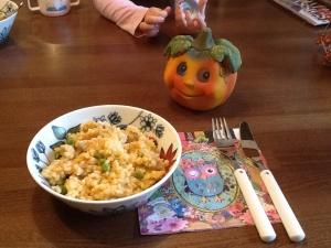 Pehmeän pippurinen mozzarella-kana -risotto maistuu koko perheelle. Kattausapurin kädet ehtivät kuvaan mukaan :)