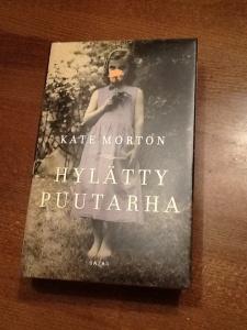 Kate Mortonin Hylätty puutarha imaisee mukaansa sokkeloon, jonka toisessa päässä odottaa unohdettu ja salattu ratkaisu mysteeriin.