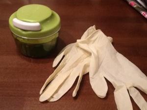 Loistavat apurit! Toinen pilkkoo pieneksi silpuksi, toiset suojaavat käsiä chililtä.