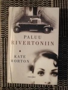 Kate Mortonin kiitetty esikoinen on väkevä lukuromaani valinnoista, rakkaudesta, tragedioista ja kohtaloista.