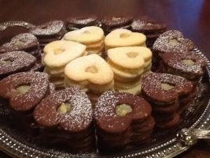 Lapsille sopivat vanilja-kaakao- ja aikuisempaan makuun sopivat vanilja-kermalikööri -täytekeksit.