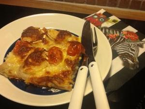 Koskenlaskija Ruoka toimii yllättävän hyvin pizzapohjassa. Lisäksi vuohenjuustoa ja mozzarellaraastetta.