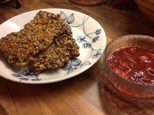 Terveellinen väli- tai iltapala: porkkana-siemenleipää ja chia-mansikkakiisseliä.