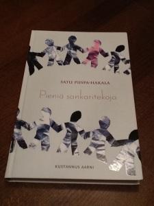 Satu Piispa-Hakalan esikoiskirja Pieniä Sankaritekoja piirtää näkyviin aikaamme ja ympäristöä, jossa elämme.