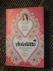 """Kim Izzon kepeässä esikoisromaanissa nelikymppinen """"Lady"""" Kate metsästää rikasta aviomiestä, mutta kuinkas sitten kävikään?"""