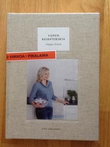 Maanläheinen Vappu Pimiä on kirjoittanut konstailemattoman Vapun reseptikirjan, joka kutsuu läheiset viihtymään lämmöllä kokattujen aterioiden ääreen.