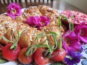 Gluteeniton puustikranssi koristeena kesän viimeiset villiorvokit, ruusunnuput ja -kiulukat, pihlajan lehtiä ja granaattiomenaa.
