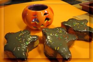 Appelsiini-lakritsi -muffinssit maistuvat kaikenkokoisille halloweenin, kekrin ja pyhäinpäivän viettäjille. Meillä tehtiin osa muffinsseista tavallisilla muoteilla, osa haamumuoteilla.