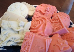 Männyn ja karpalon raikkaan syksyiset tuoksut valloittavat näissä saippuoissa.
