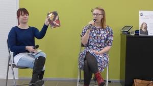 Maresin kirjoittaja Maria Turtschaninoff kirjailijavierailulla Palokan kirjastossa. Kollega Katri Alatalo haastattelee.
