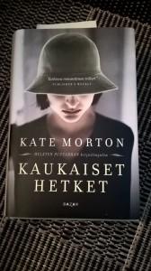 Kate Morton tekee sen taas: Kaukaiset hetket on viihdyttävä ja liikuttava romanttinen jännäri.