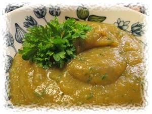 Maa-artisokka-bataatti -sosekeittoa ryydittävät tuore persilja ja kuivattu yrtti-villiyrtti -mausteseos.