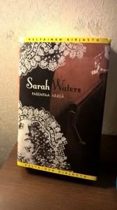 Sarah Watersin neljäs suomennettu romaani Parempaa väkeä vie lukijan 1920-luvun Lontooseen, jossa yhdessä talossa monen ihmisen elämät muuttuvat peruuttamatomasti.