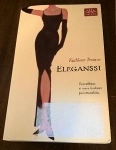 """Kathleen Tessaron romaanissa yhdistyvät eleganssin aakkoset ja sinkkunaisen seikkailut. Madame Dariauxia lainaten: """"Miehiä tulee ja menee, mutta hyvä turkki on kohtalo""""."""