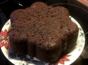 Testissä suklainen kesäkurpitsakakku. Kinuskikastiketta ja vaniljajäätelöä kakun kera - namskis!