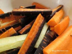 Herkullisia oransseja, keltaisia ja mustia porkkanoita. Vinkeitä nuo violetinmustat porkkanat!